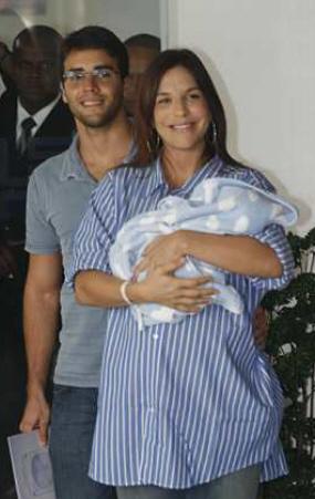 O primeiro filho de Ivete, Marcelo, nasceu no hospital Português, em Salvador; Marido estava ao lado da cantora na saída da maternidade