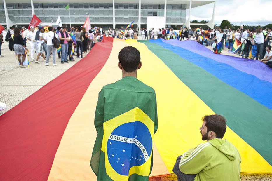 Brasília - Manifestantes da 3ª Marcha Nacional contra a Homofobia ocupam a Praça dos Três Poderes e estendem uma bandeira, com as cores do movimento, em frente ao Palácio do Planalto. A marcha é organizada pela Associação Brasileira de Lésbicas, Gays, Bissexuais, Travestis e Transexuais (ABGLT), que reúne 257 organizações LGBT em todo o país.